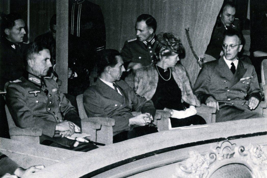 賽斯—英夸特(右)與納粹宣傳部長戈培爾(中)。 圖/維基共享
