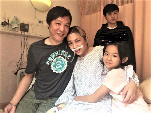 因欠下千萬醫藥費滯日的婦人張翊湄(左二), 返台治療後逐漸康復,身邊為她的丈夫楊...