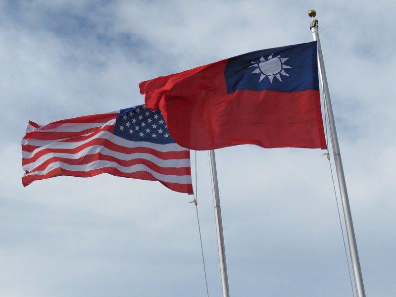 美國聯邦參議院院會29日通過支持台灣維繫邦交的「台北法案」。圖為中華民國與美國國旗。本報資料照片