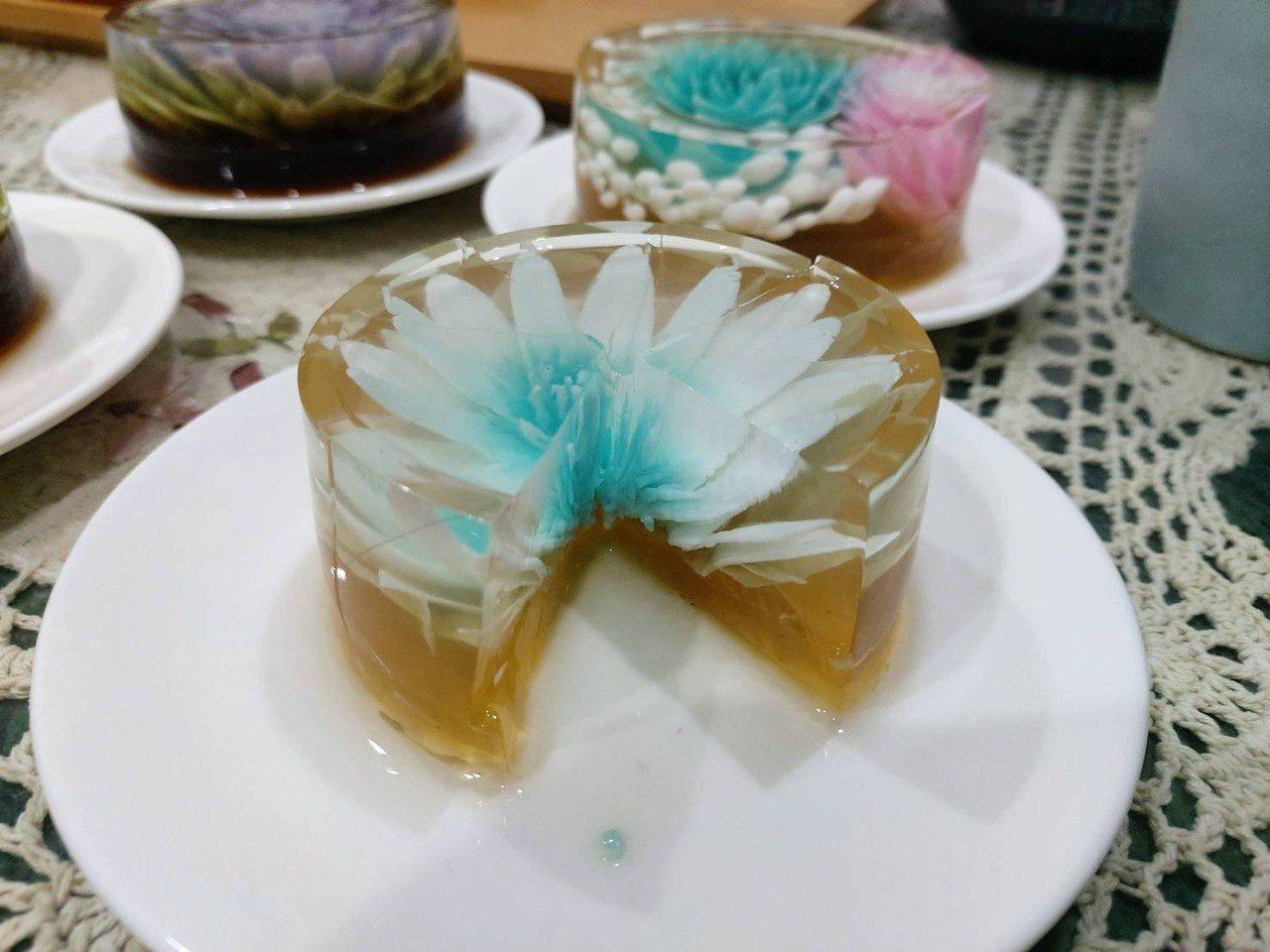 梨山茶農吳權原的茶果凍,顏色和花形漂亮,切割也有層次感。圖/茶農吳權原提供