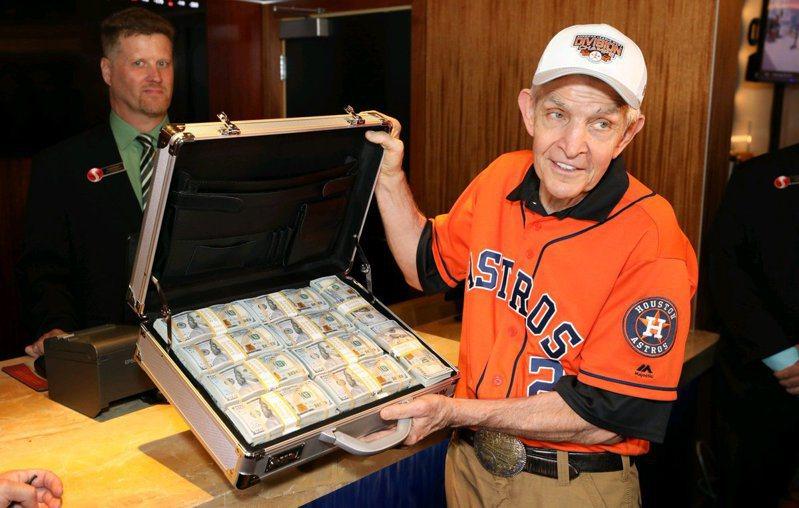 麥金維爾帶著350萬美元押太空人封王。  圖/取自Scarlet Pearl Casino推特