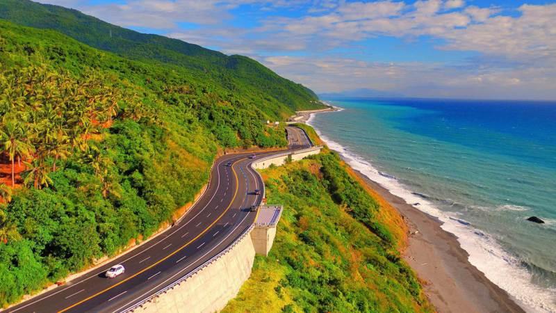 大鳥段全長3.8公里沿著斷崖峭壁拓寬道路,高處俯瞰太平洋,無敵海景盡收眼底,民眾直呼「好美喔」。圖/公路總局提供