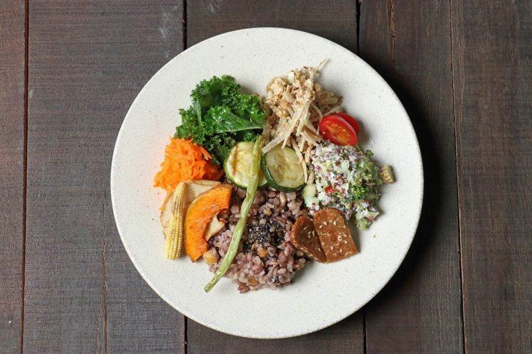 野菜十穀米拌飯。圖/珠寶盒法式點心坊提供