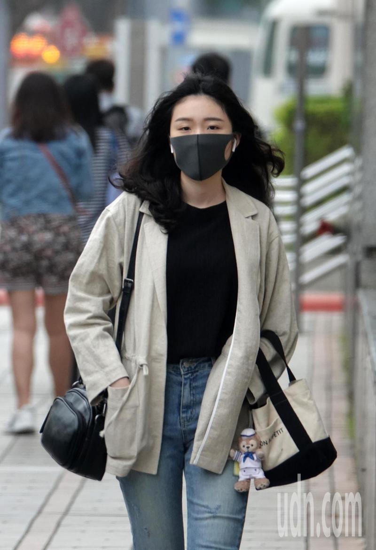 東北風挾帶中國沙塵逐漸影響臺灣空氣品質,北部空氣品質為橘色提醒(對敏感族群不健康)至紅色警示(對所有族群不健康)等級,民眾出門應戴口罩維護健康。記者曾吉松/攝影