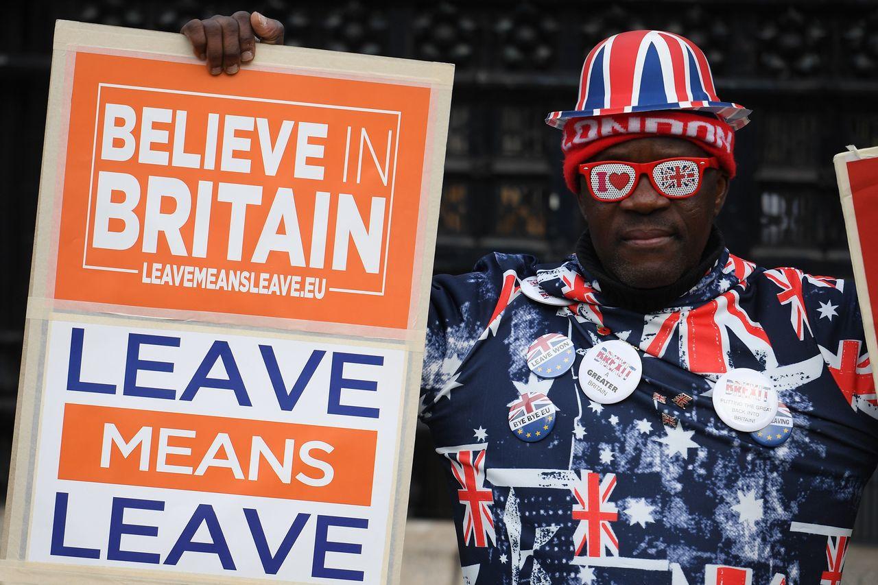 英國將於12月12日提前改選下議院。一名支持脫歐的民眾29日在國會大廈外示威。法...