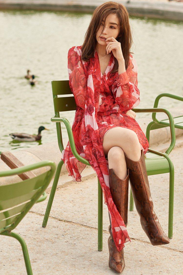 謝金燕穿上Blumarine秋冬紅色玫瑰印花透膚雪紡洋裝於巴黎街頭拍攝時尚照,蛇...