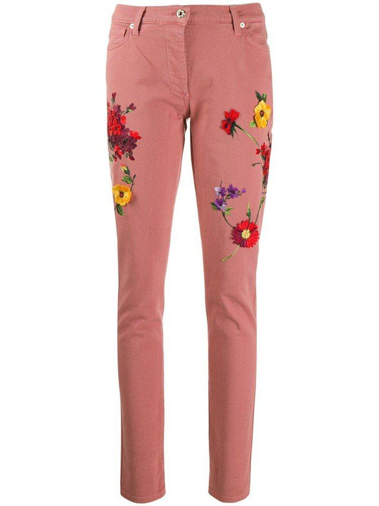立體花卉刺繡牛仔褲,29,800元。圖/Blumarine提供
