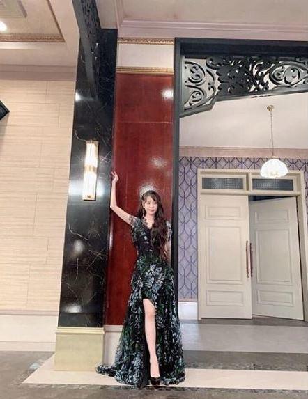 IU身穿Blumarine紫藤花長版洋裝。圖/Blumarine提供