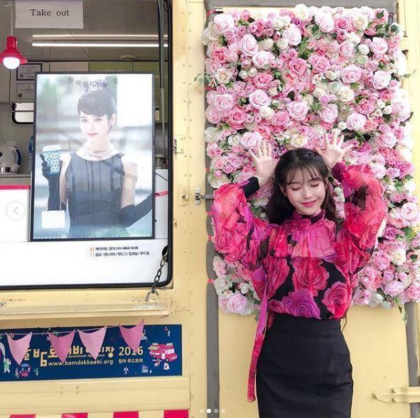 IU穿Blumarine秋冬桃紅玫瑰印花上衣。圖/Blumarine提供