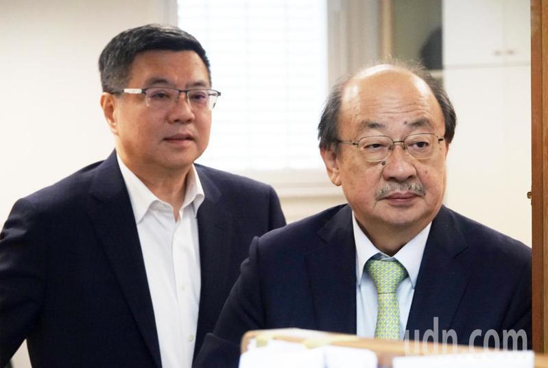 民進黨今天舉行中常會,黨主席卓榮泰(左)與民進黨團總召柯建銘(右)在會前先行交換意見。記者胡經周/攝影