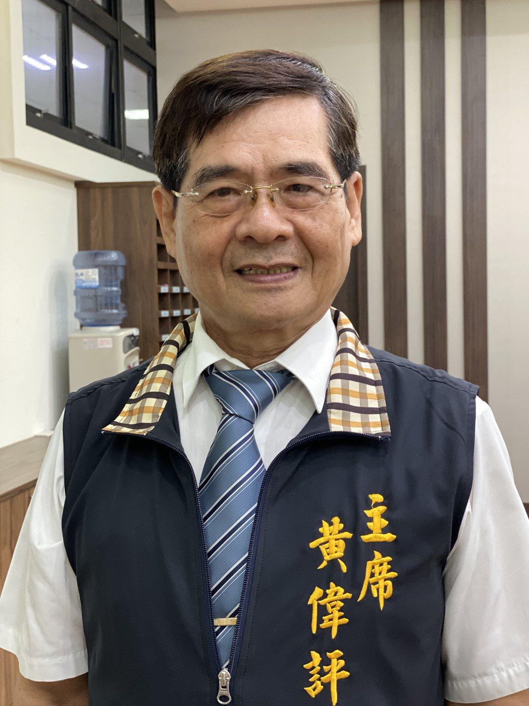 萬丹鄉調解委員會主席黃偉評(65歲),從43歲擔任調解委員至今已22年,調解近萬...