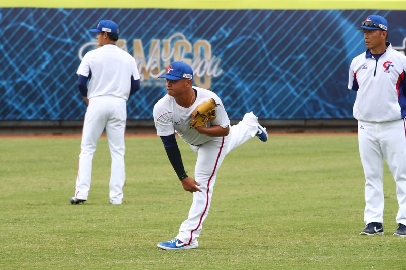 中華隊投手胡智為報到第一天,先簡單接傳球。記者藍宗標/攝影