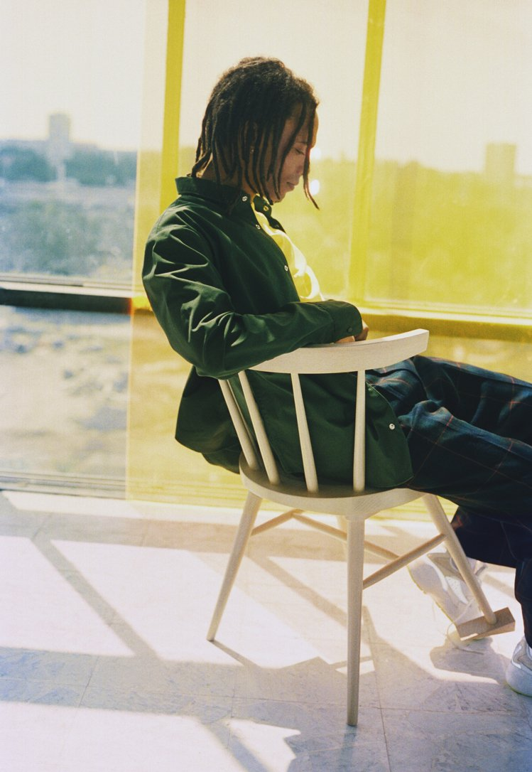 IKEA MARKERAD餐椅在一支椅腳加上日常使用的門檔,創造出截然不同的作品...