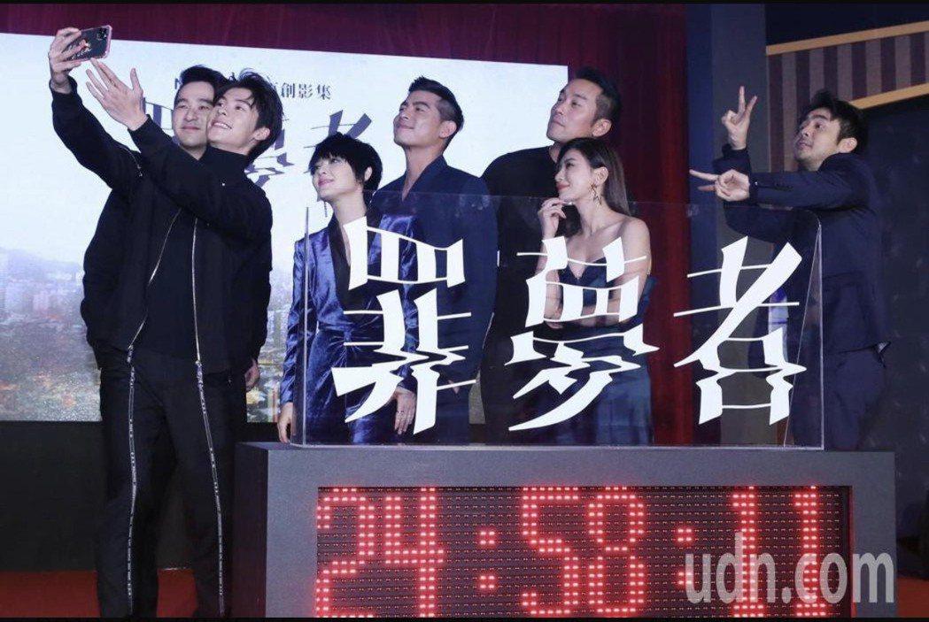 周洺甫(左起)、許光漢、范曉萱、王柏傑、張孝全、賈靜雯、章立衡玩自拍。記者林俊良...