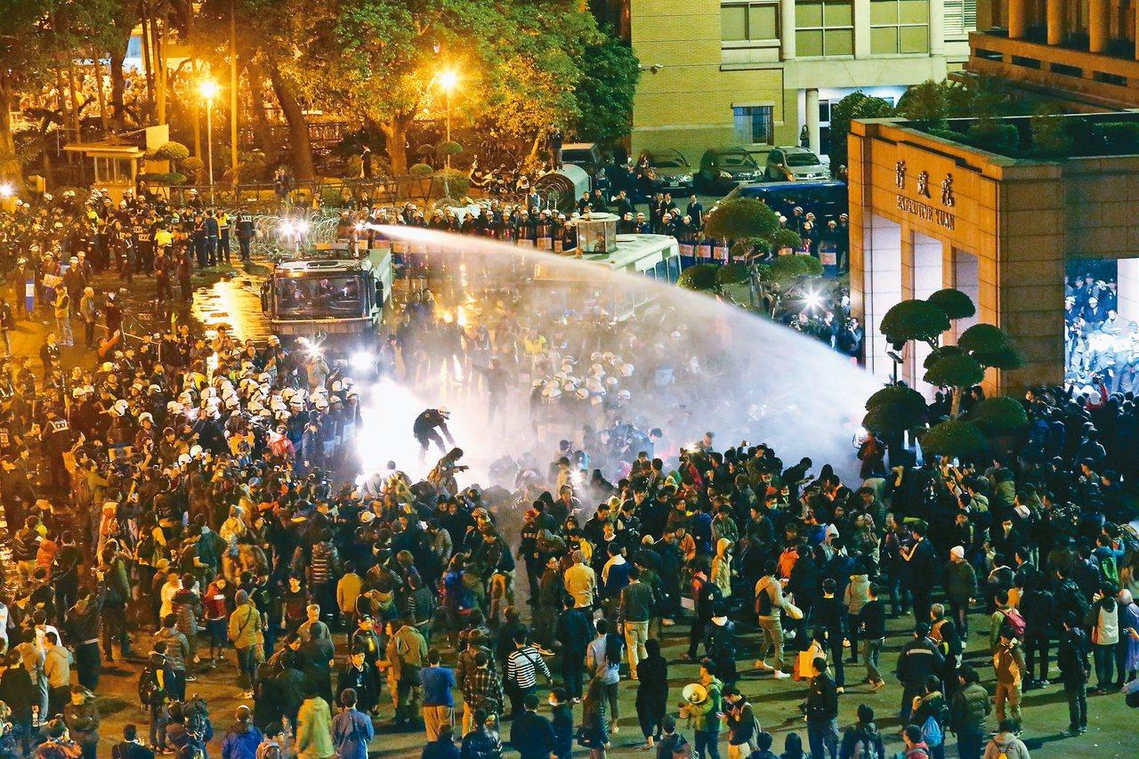 2014年發生「太陽花」學運,民眾從立法院轉進行政院,事後爆驅離濺血風波,台北地...