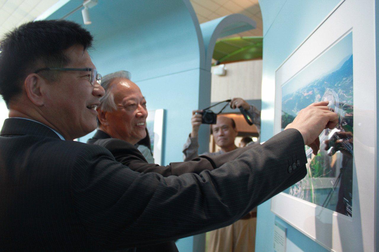 交通部長林佳龍(左一)、「看見齊柏林」基金會董事長歐晉德(左二)今天前往關西服務...