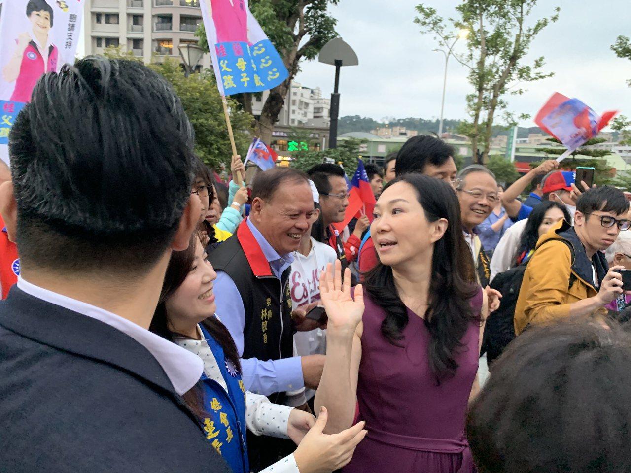 國民黨總統參選人韓國瑜妻子李佳芬今二度代夫在新北市拜廟、跑選舉一整天,下午到五股...