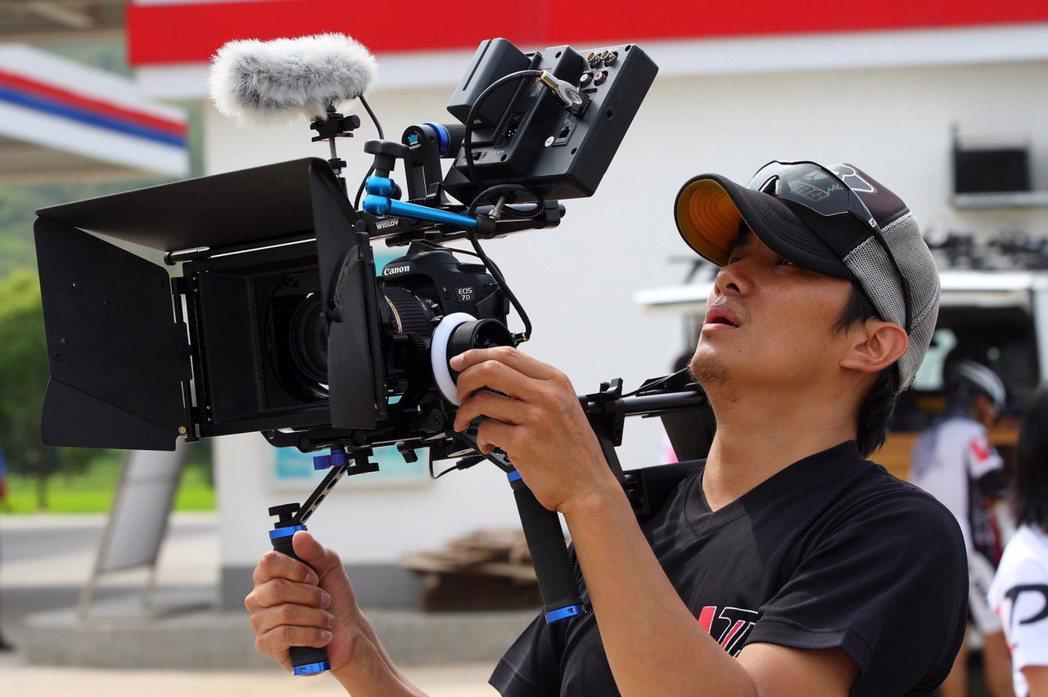 這10年來張洛君當幕後導演,上山下海拍攝各種節目及影片。圖/張洛君提供