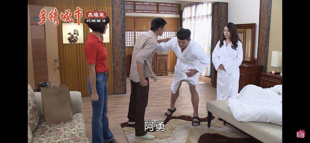 德馨(右起)、柯叔元飯店偷情,遭藍葦華、張䕒心抓包。圖/摘自youtube