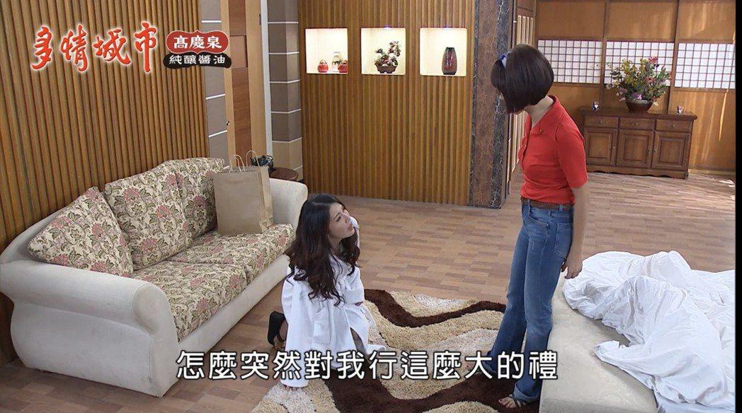 德馨(左)被打到沒力,意外跪倒在張䕒心面前。圖/摘自youtube