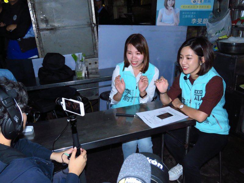台灣民眾黨三重立委參選人李旻蔚(左起)今邀請「學姐」黃瀞瑩到三和夜市。記者王敏旭/攝影