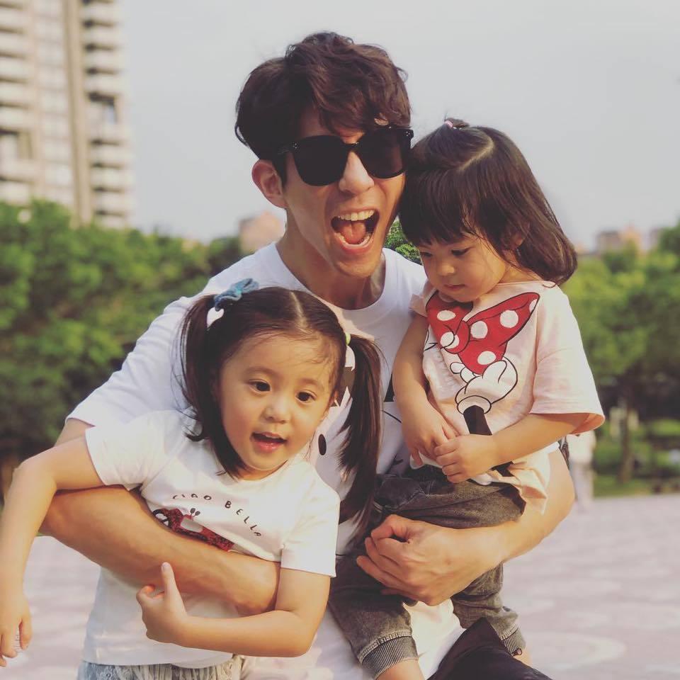 修杰楷與兩個女兒咘咘(左)、Bo妞。圖/摘自臉書