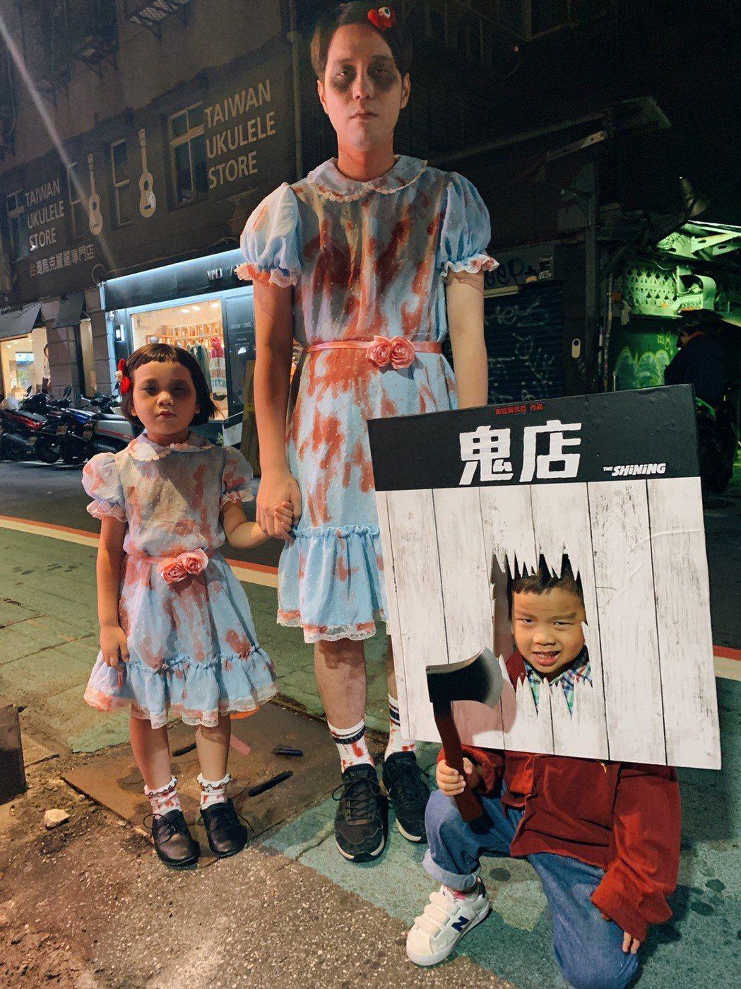 胖球(左)與胖球爸(中)、妹妹斯拉(右)扮成電影「鬼店」經典角色。圖/索尼提供