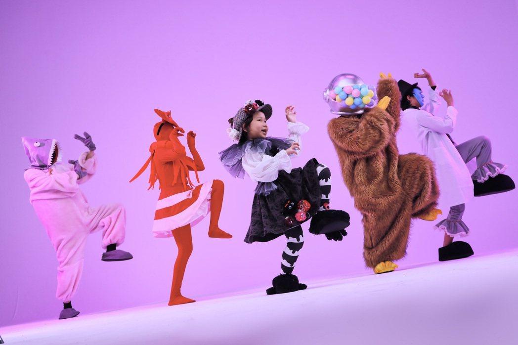 胖球在新歌「假的假的」MV中變裝唱跳。圖/索尼提供