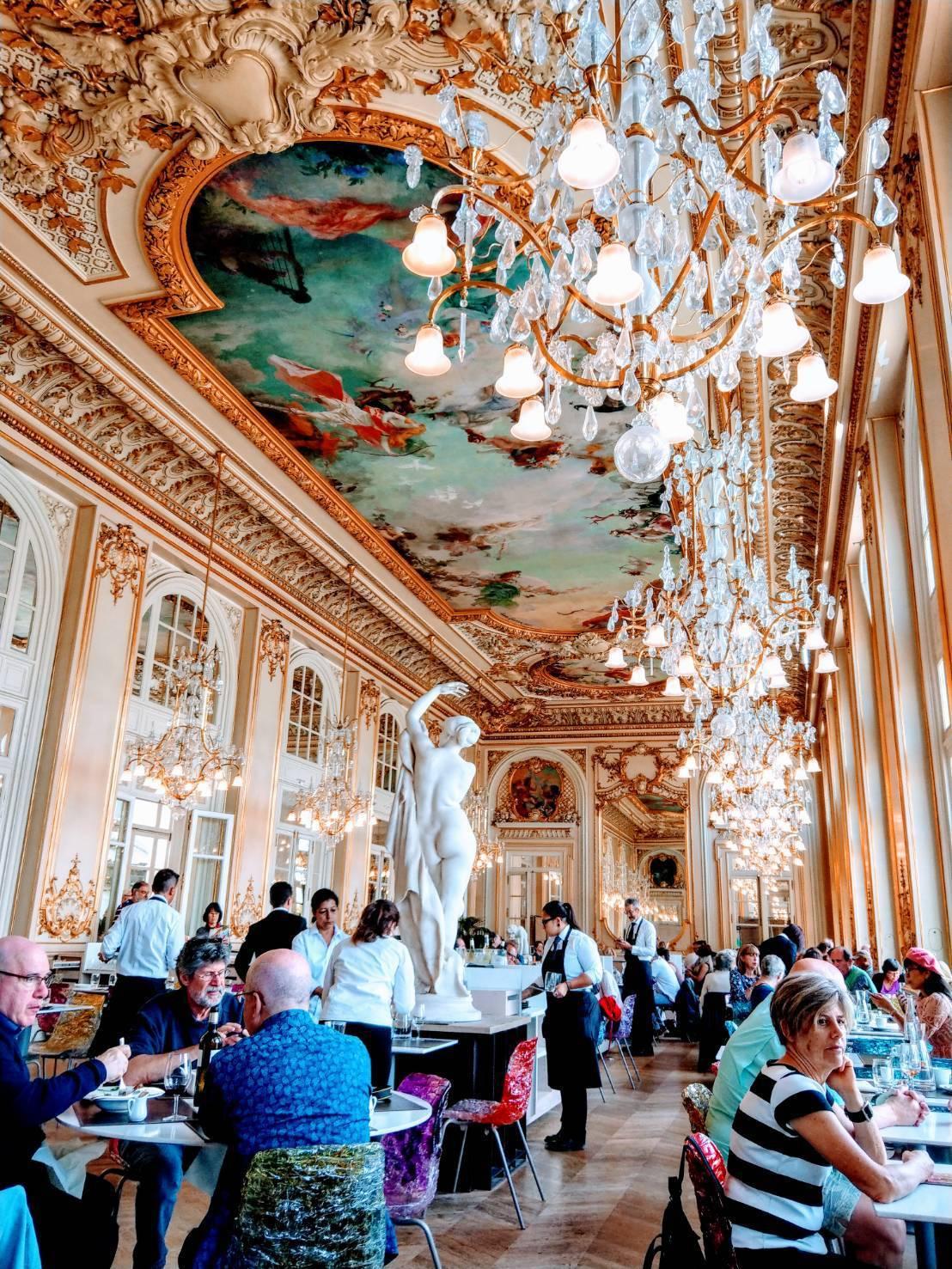 奧賽美術館二樓餐廳,最大賣點是鍍金、鑲著浮雕及一大片壁畫的天花板,及上面垂吊的華...