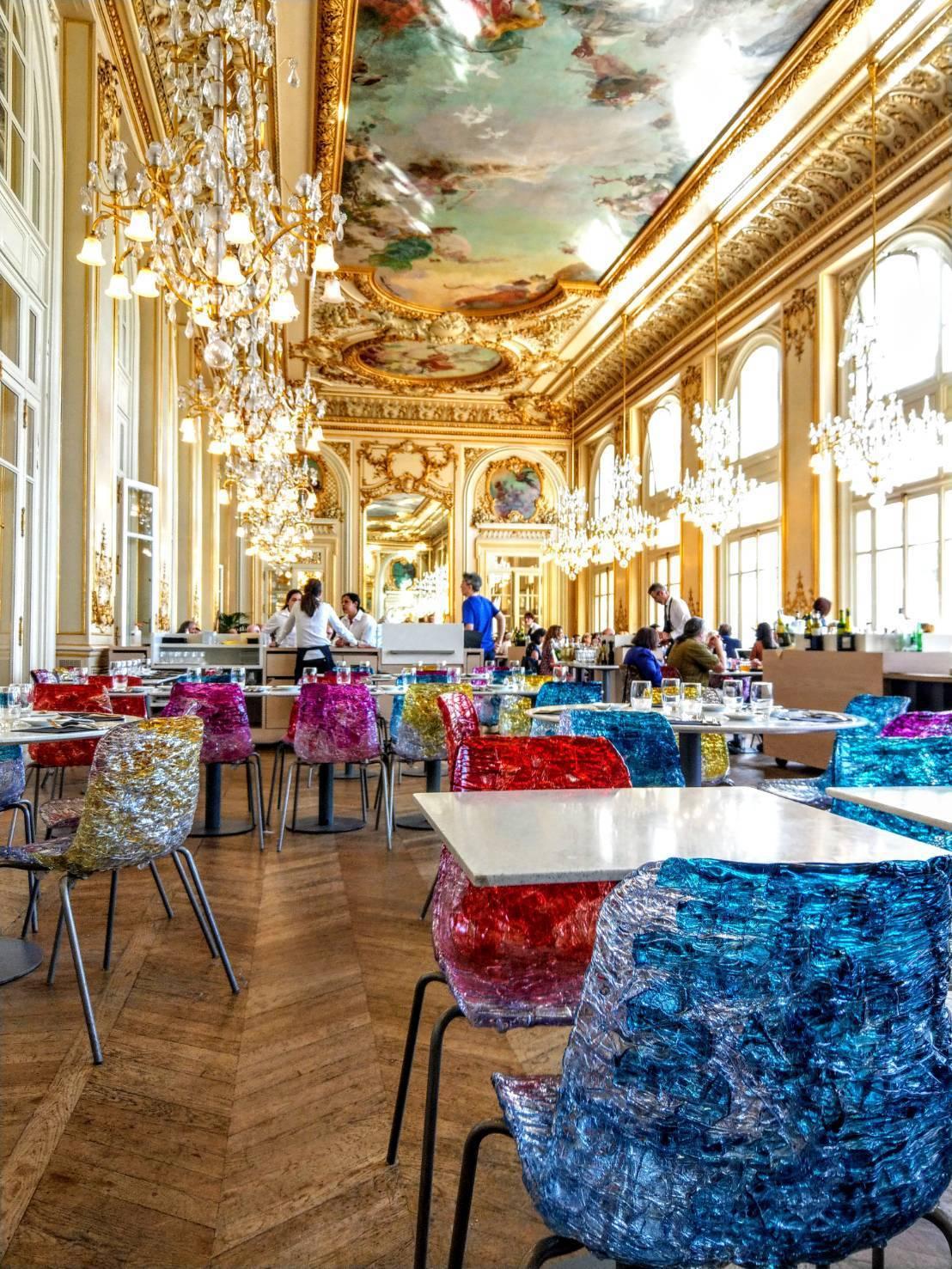 像皇宮的奧賽美術館二樓餐廳,採用紅色藍色的造型玻璃椅,非常吸睛。記者張錦弘/攝影