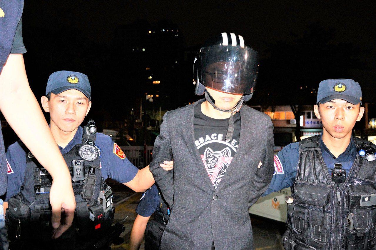 直播主連千毅(右二)已被裁定羈押禁見。圖/本報資料照