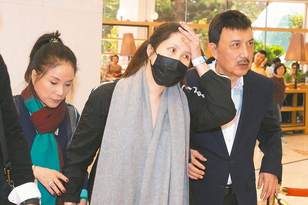 余苑綺(中)產後直腸癌復發,讓余天(右)、李亞萍擔心不已。 本報資料照片