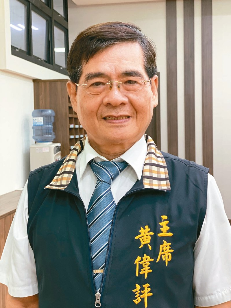 65歲屏東縣萬丹鄉調解委員會主席黃偉評,經手近萬筆案件。 記者江國豪/攝影