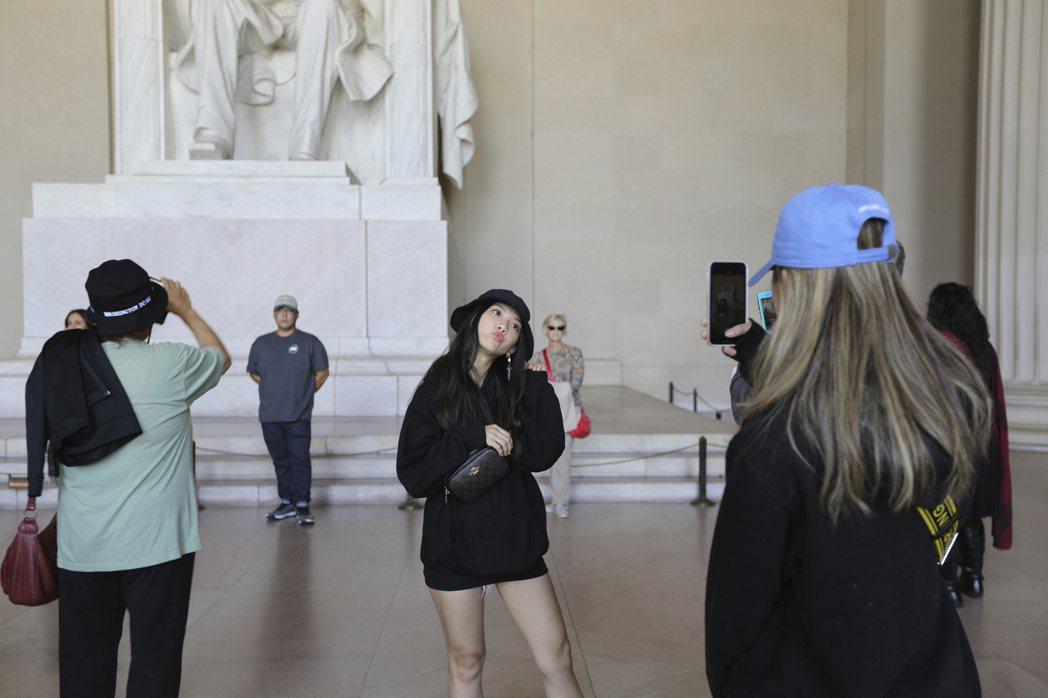 受美中貿易戰影響,赴美觀光的陸客明顯減少,圖為在華府林肯紀念堂拍照的觀光客。 (...