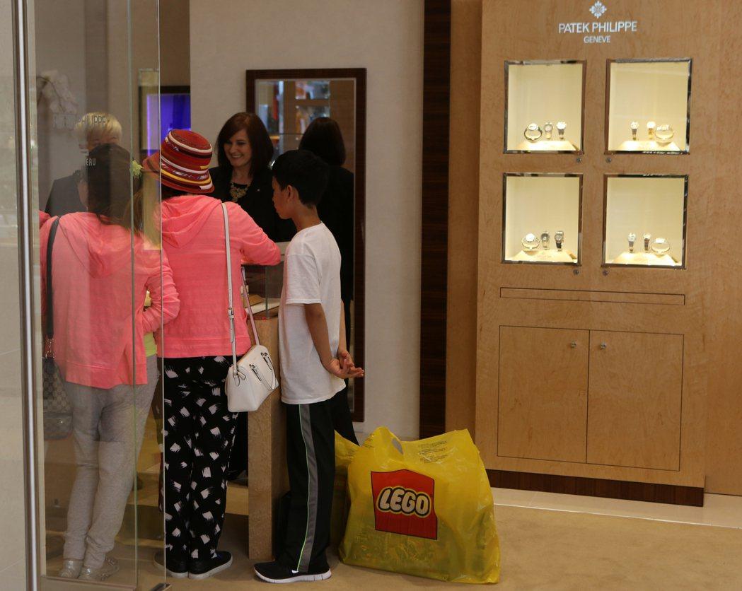 大陸觀光客消費實力強,圖為一個大陸家庭在加州一間購物中心的精品店購物。 (美聯社...