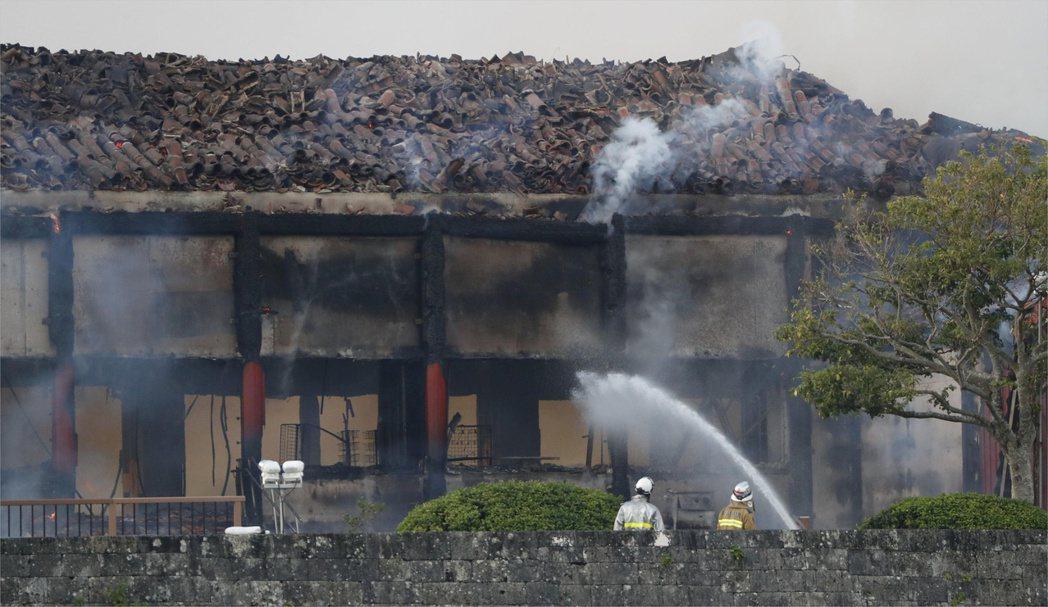 消防人員試圖撲滅首里城的大火 路透