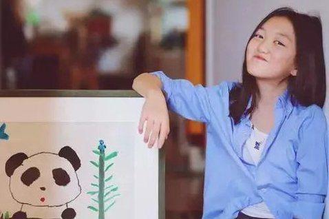 13歲李嫣是王菲和大陸演員李亞鵬的女兒,近來有網友爆料,指李嫣7歲的「熊貓與竹」,竟以100萬港幣(約台幣385萬)賣出,由於整幅畫看上去簡單,只有一個童趣畫風的熊貓手裡拿著竹子,而它的身邊也有一顆...