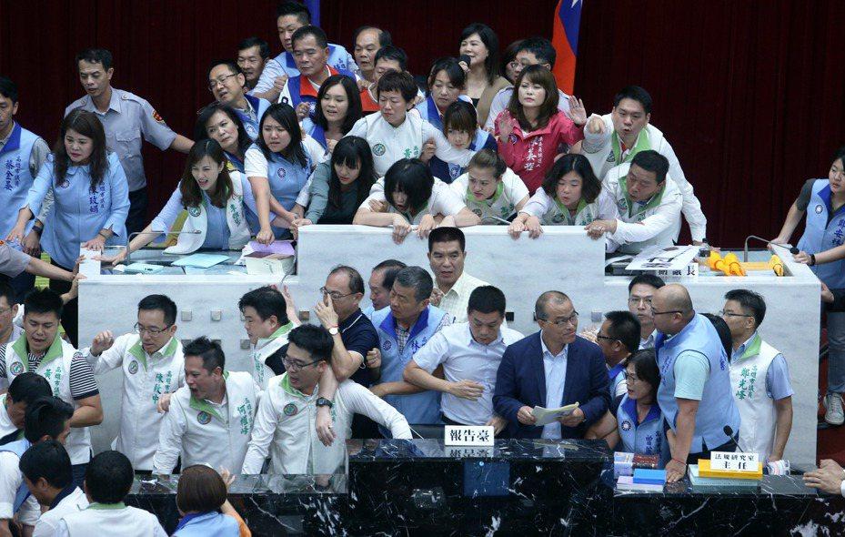 高雄市副市長葉匡時在混亂中宣讀預算報告。記者劉學聖/攝影