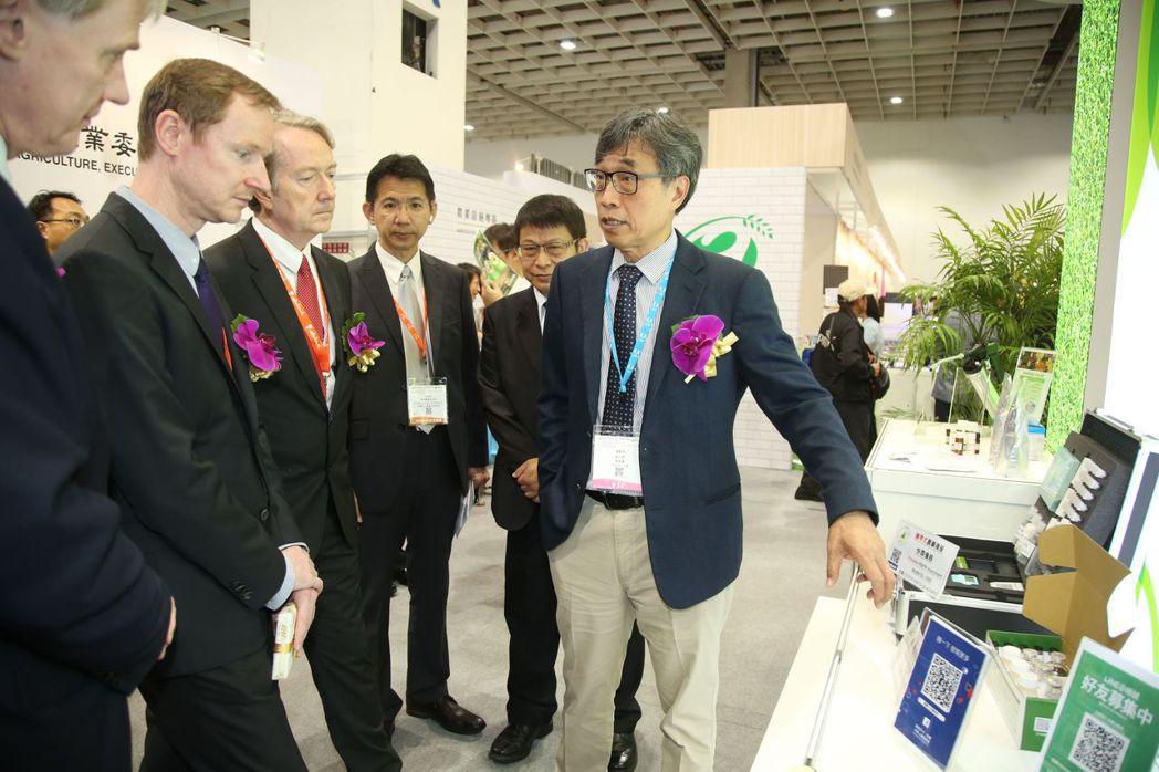 農委會副主委陳駿季(右)在臺灣農業技術館親自向海外貴賓解說  毛洪霖/攝影