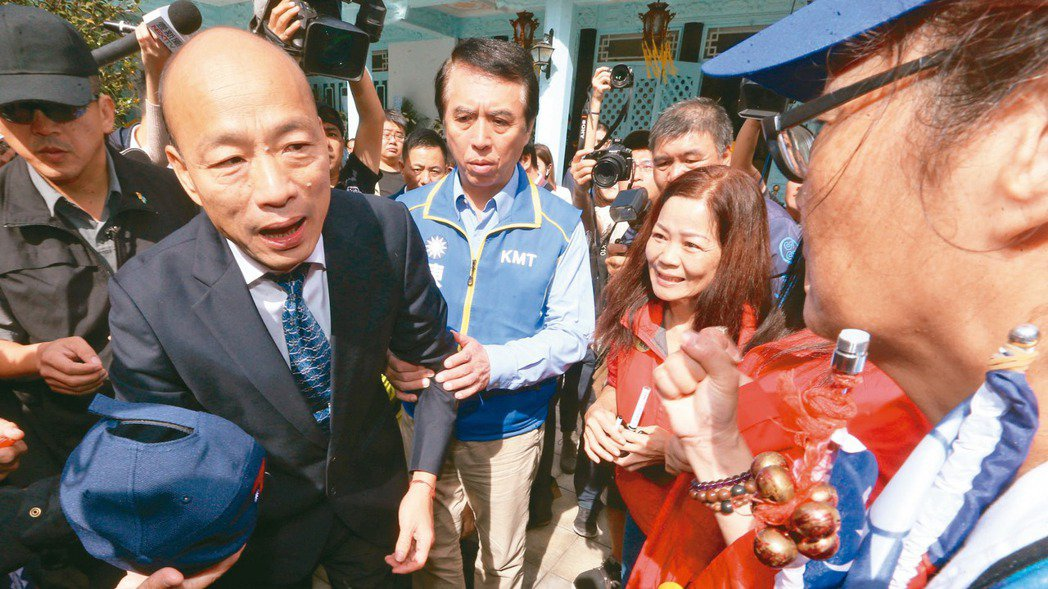 國民黨總統參選人韓國瑜(見圖,左)上午前往大溪慈湖謁靈。 記者胡經周/攝影