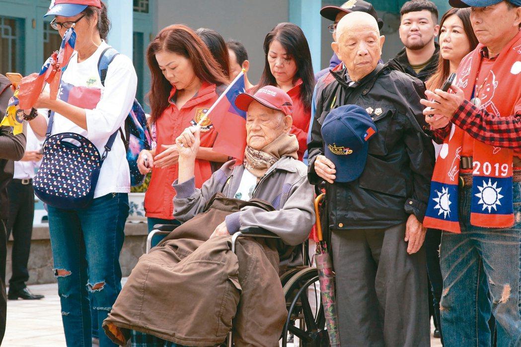國民黨總統參選人韓國瑜上午前往大溪慈湖謁靈,一位101歲的老榮民(見圖)也坐輪椅...