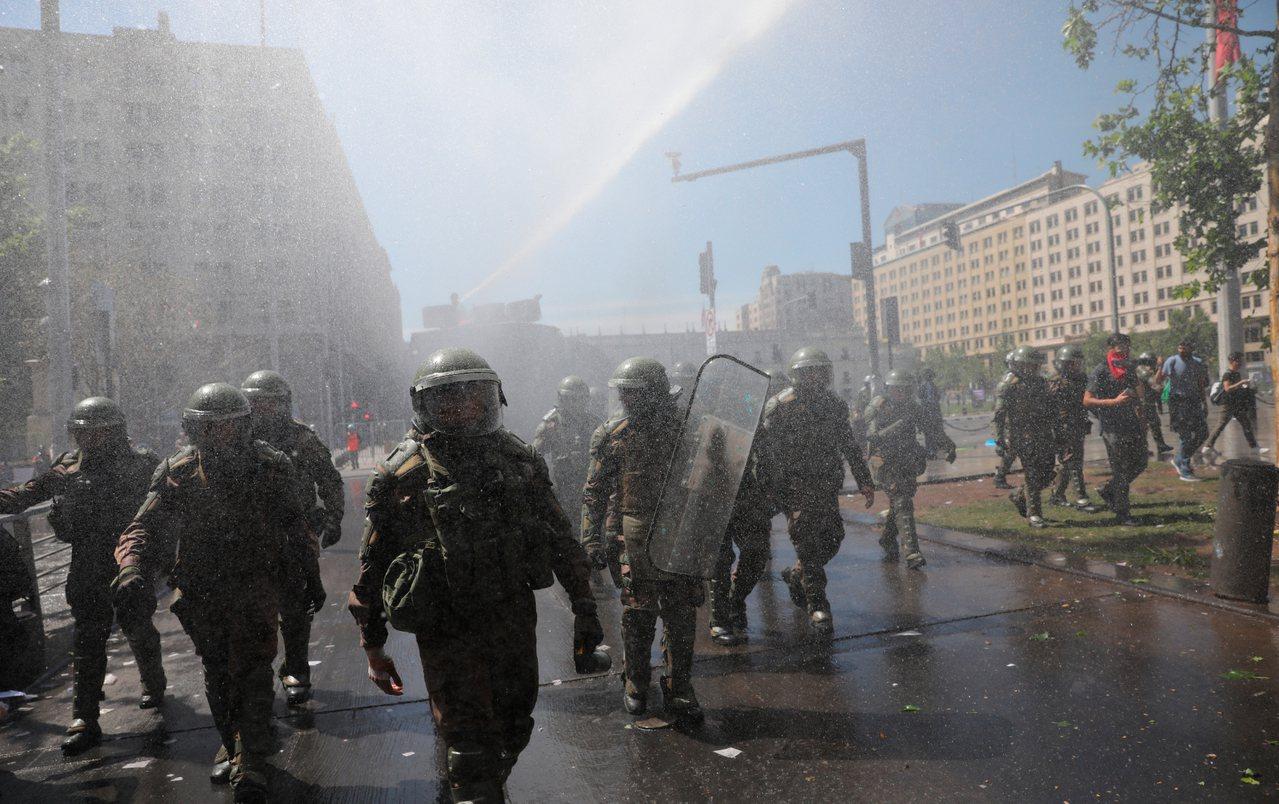 智利國內示威抗議民眾與維安部隊接連爆發衝突,面臨數十年來最嚴重社會危機。 美聯社