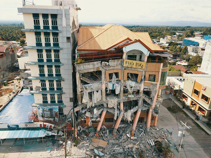 菲律賓南部民答那峨島今(31日)上午發生規模6.5強震,一棟公寓和旅館倒塌。 歐新社