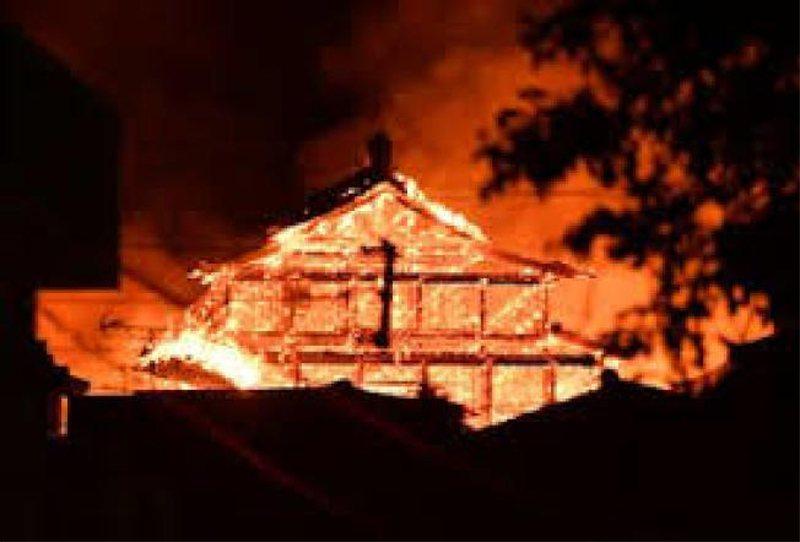 於日本沖繩縣那霸市的世界遺產「首里城」發生大火,正殿遭大火吞噬。(取自推特)