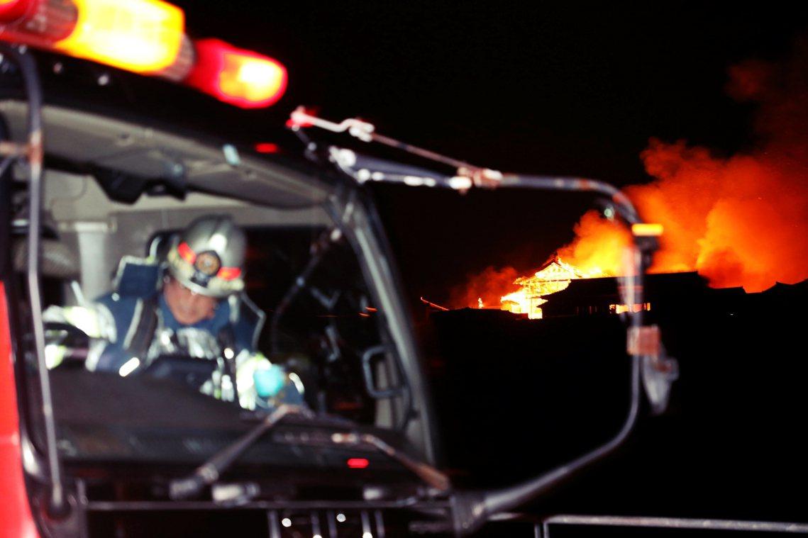 雖然已有約30輛消防車出動救火,但兇猛的火勢一發不可收拾,直到上午8點,正殿西側...