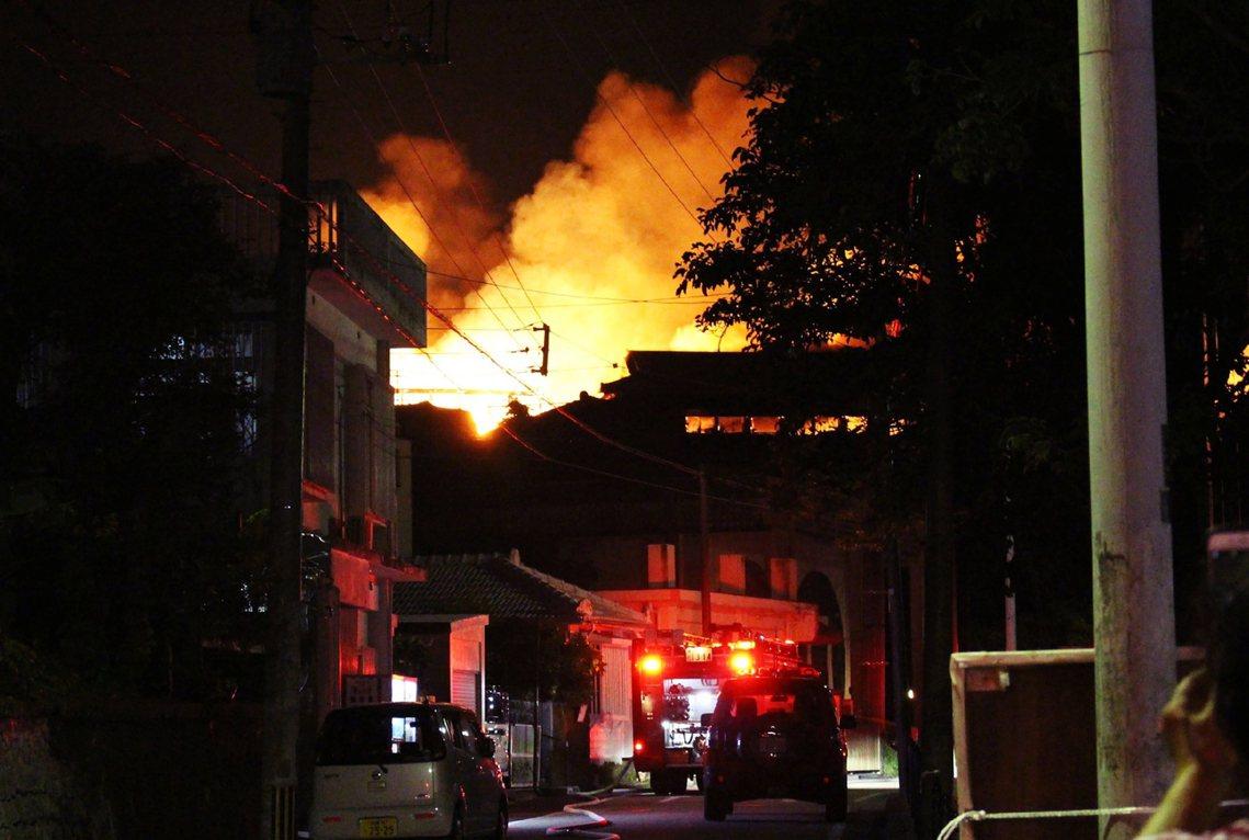 半夜突然出現的巨大火光、消防車的警笛聲大作,也都讓首里城的周邊居民怵目驚心,「太...