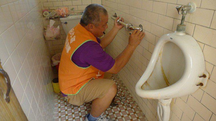 為需要的長者、身障人士免費安裝扶手送愛到府。南佃社區發展協會/提供