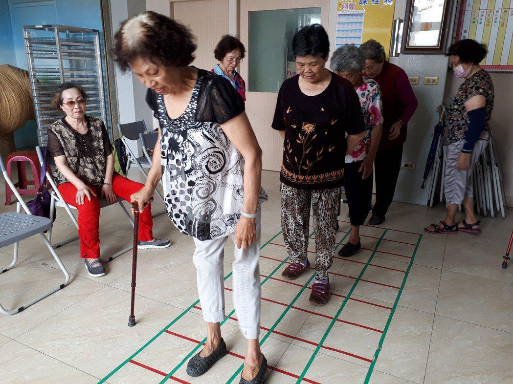 日本方塊踏步,訓練腦部與腳的協調。南佃社區發展協會/提供