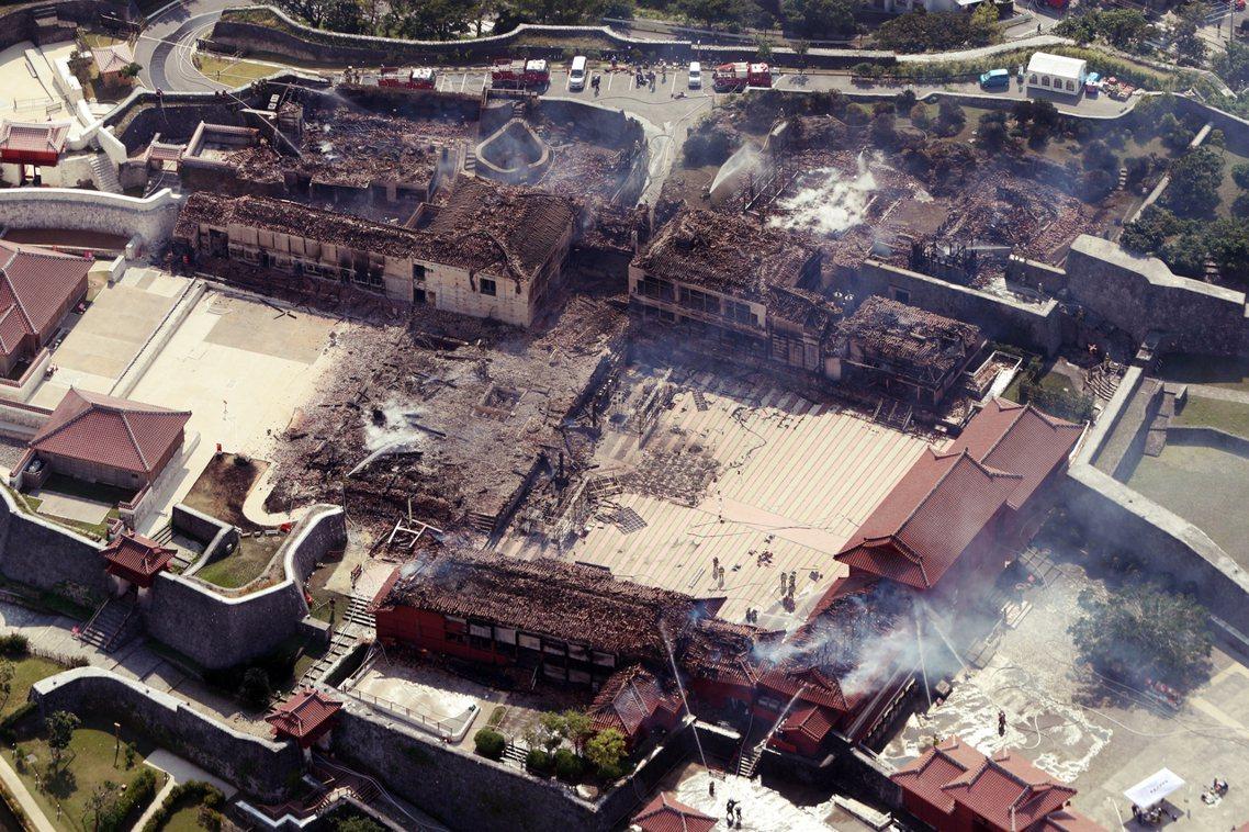 日本沖繩的世界遺產「首里城」,在31日凌晨遭逢嚴重大火,包含正殿在內的6棟建築群...