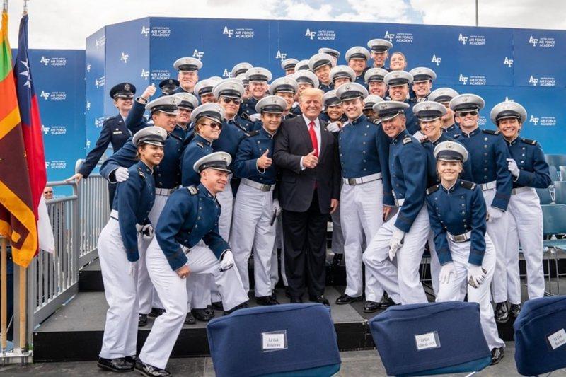 川普出席美國空軍官校畢業典禮,與畢業生合照的照片出現台灣國旗。 圖/取自美國白宮...